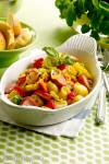 Omelett med tomater, oliven og rødløk