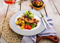 kyllingfilet med brokkolisalat, pesto og stekte poteter